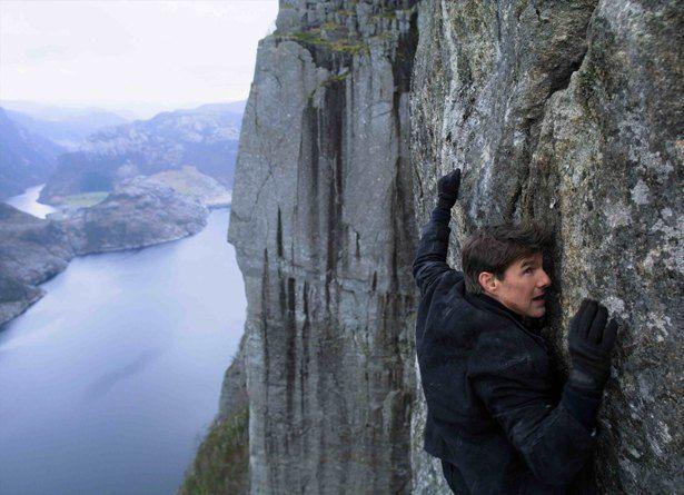 断崖絶壁を登るイーサン